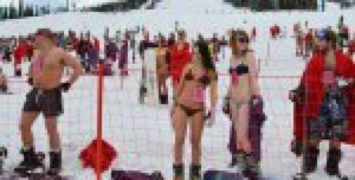 В ожидании весны в России устроили голый спуск на лыжах