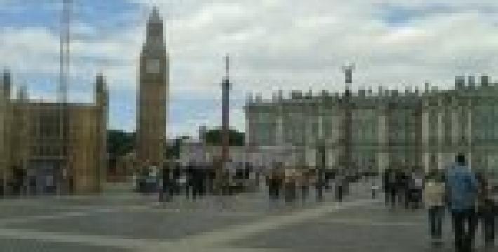 На Дворцовой площади построили Биг Бен, Колизей и Великую китайскую стену