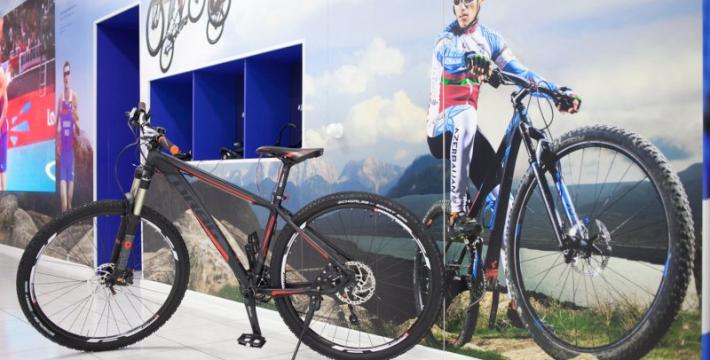 Спортсмены команды Азербайджана по велосипедному спорту посетили Дом Болельщиков и передали в его экспозицию профессиональный горный велосипед