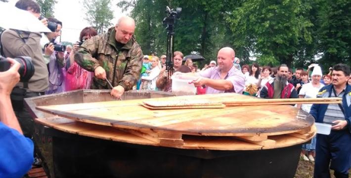 Установлен рекорд Гиннеса: жители города Кашин съели тонну гречневой каши