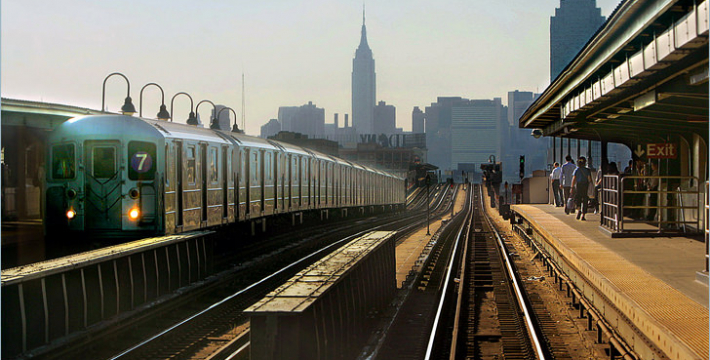 В Нью-Йорке с рельс сошел поезд со 150 пассажирами