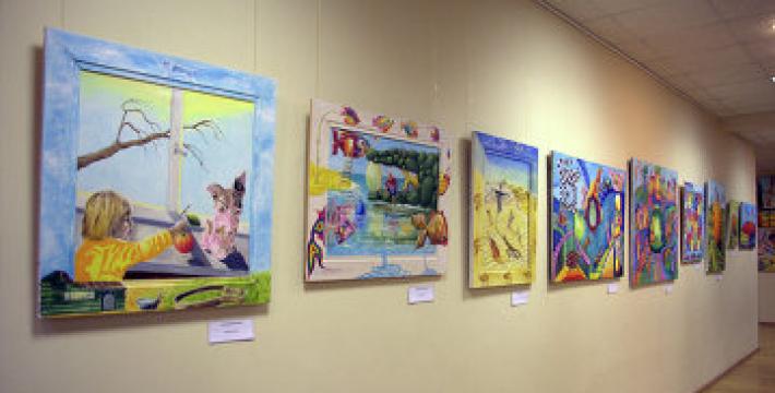 Около 100 человек пришли на открытие художественной выставки в Королеве