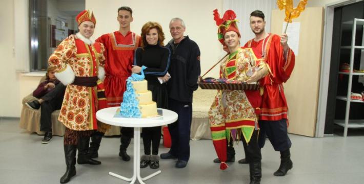 Премьерный показ «Птицы счастья» отметился поеданием огромного торта