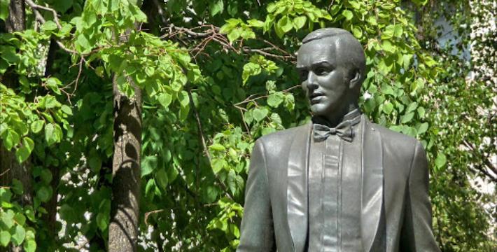 К памятнику Магомаева не зарастет народная тропа