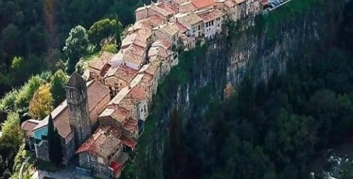 Кастельфольит-де-ла-рока — город из сказки