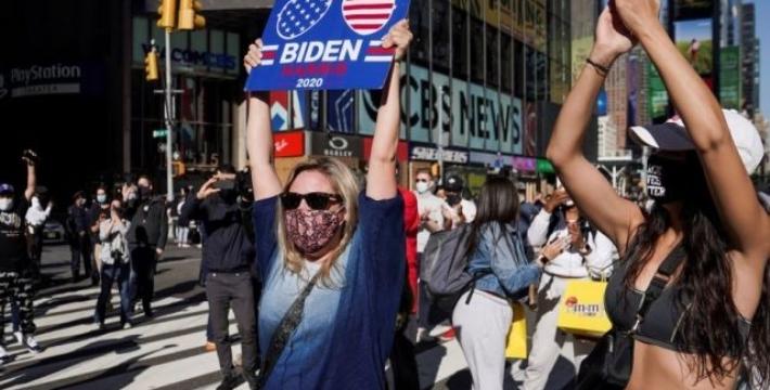 Американцы на улицах празднуют победу Байдена