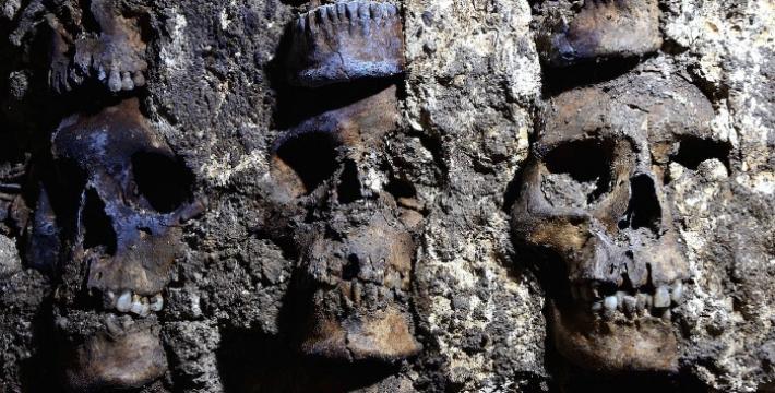 Археологи нашли новые части «ацтекской башни черепов» в Мехико
