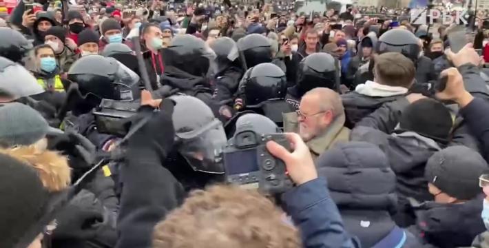 Акции в поддержку Алексея Навального и столкновения с полицией